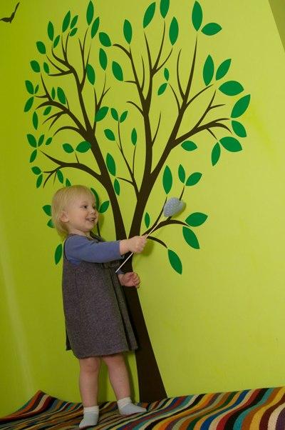 фото наклейка для интерьера дерево, фото виниловая наклейка на стену для интерьера дерево