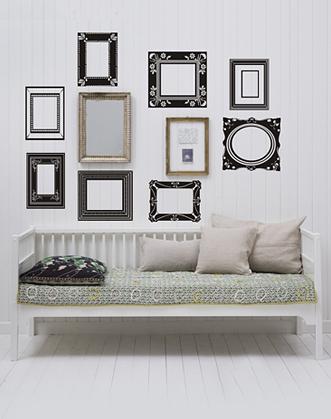 идея оформления фото галереи фото, рамки наклейки для декора фото, идея размещения фотографий на стене фото, фоторамки наклейки фото