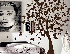 виниловая наклейка на стену дерево из бабочек подойдет для декора стен гостиной или спальни в квартире