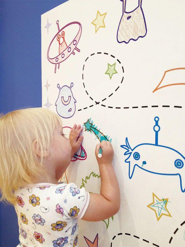 ребенок раскрашивает многоразовую раскраску фото