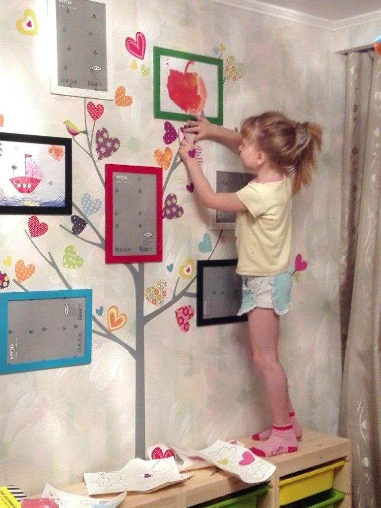 фото наклейка на стену сердечки на дереве клеим  с ребенком