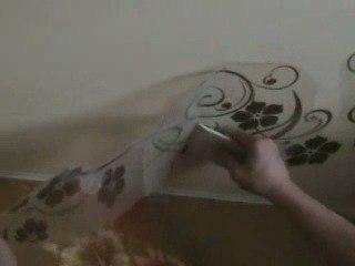 фото как клеить наклейку на потолок