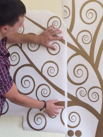 фото как клеить виниловую наклейку на стену дерево