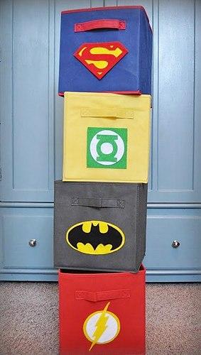 декор комнаты мальчика в стиле супергероев при помощи ящиков для игрушек