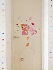 фото наклейка принцесса с единоргом на дверь в комнате