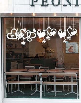 оформление витрины к 14 февраля фото, оформление витрины магазина к 14 февраля фото, оформление кофейни ко дню влюбленных фото, оформление витрины кофейни ко дню святого валентина фото