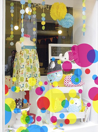 фото витрина магазина одежды, фото оформление витрины детского магазина, фото витражные наклейки на витрину