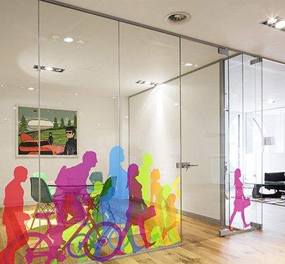 декор стеклянной перегородки в офисе фото, декор офиса фото, наклейки в офис фото, силуэты людей наклейка фото